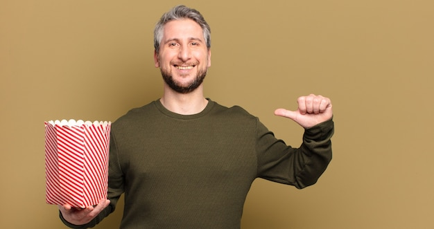 ポップコーンバケツを持つ中年男性