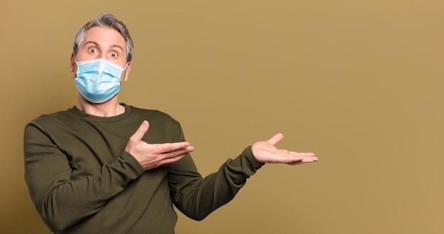 保護マスクを持つ中年男性