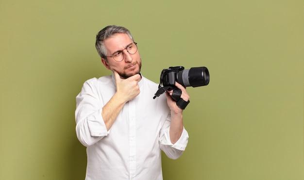 중년 사진 작가 남자