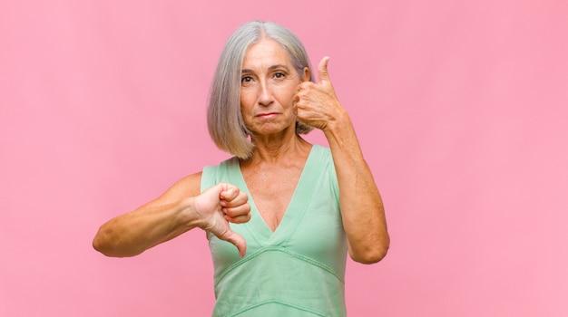 Симпатичная женщина среднего возраста смущена