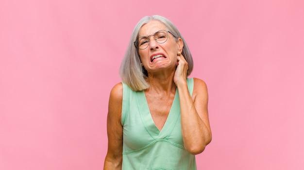 ストレスと欲求不満を感じている中年のきれいな女性