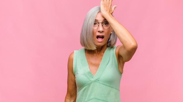 ストレス、不幸、欲求不満を感じている中年のきれいな女性
