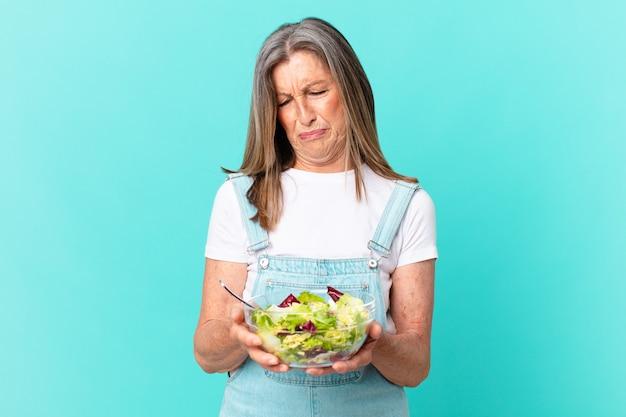 サラダを持っている中年のきれいな女性。