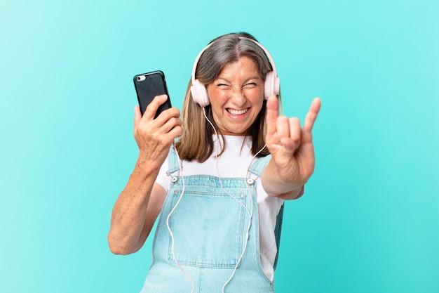 헤드폰으로 음악을 듣는 중년 예쁜 여자