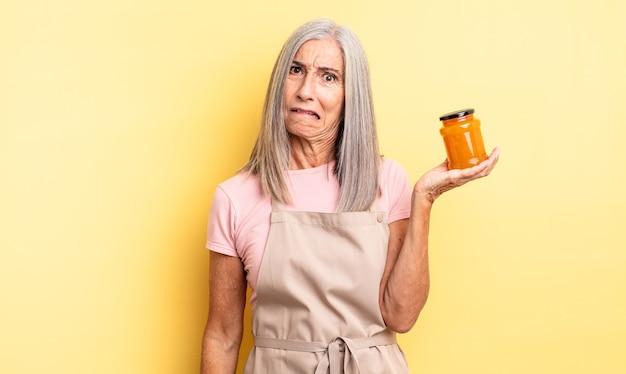 Симпатичная женщина среднего возраста выглядит озадаченной и сбитой с толку. персиковое варенье