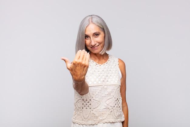 Красивая женщина среднего возраста