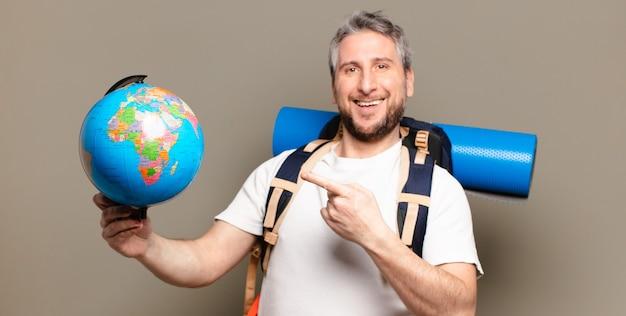 세계 세계지도와 중년 여행자 남자