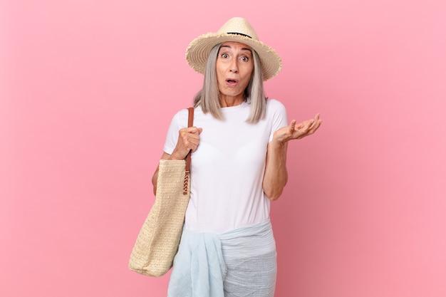 中年の白髪の女性は、信じられないほどの驚きに驚き、ショックを受け、驚きました。夏のコンセプト