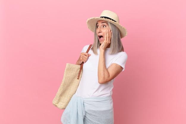 幸せ、興奮、驚きを感じている中年の白髪の女性。夏のコンセプト