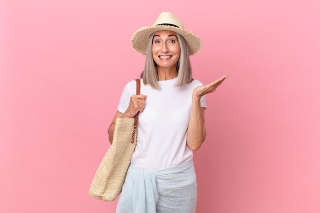 幸せを感じ、解決策やアイデアを実現して驚いた中年の白髪の女性。夏のコンセプト