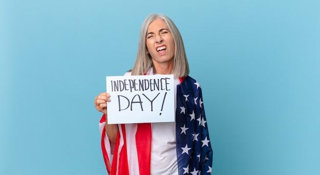 Женщина средних лет с белыми волосами, чувствуя себя озадаченной и сбитой с толку. концепция дня независимости