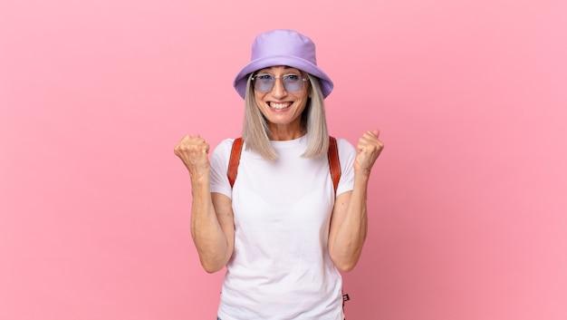 ショックを受け、笑い、成功を祝う中年の白髪の女性。夏のコンセプト