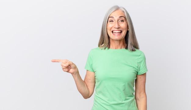 幸せそうに見えて嬉しそうに驚いて横を向いている中年の白髪の女性