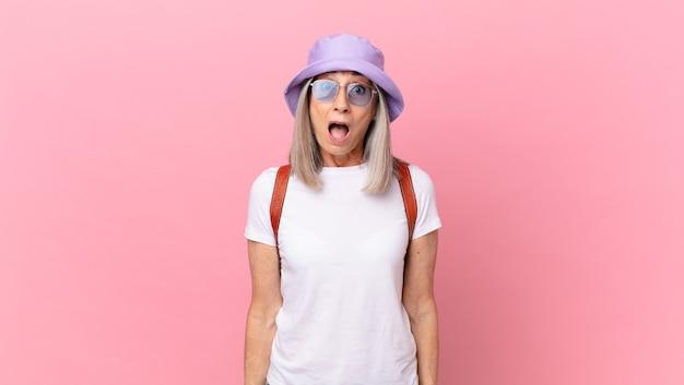 非常にショックを受けたり驚いたりしている中年の白髪の女性。夏のコンセプト