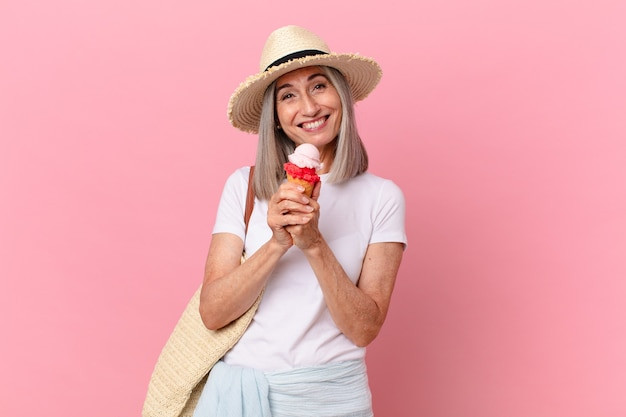 アイスクリームと中年の白髪の女性。夏のコンセプト