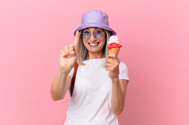 Женщина белых волос среднего возраста с мороженым. летняя концепция