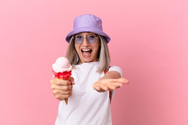 아이스크림을 든 중년 백발의 여성. 여름 개념