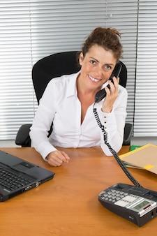 현대 사무실에서 직장에서 중 년 여자