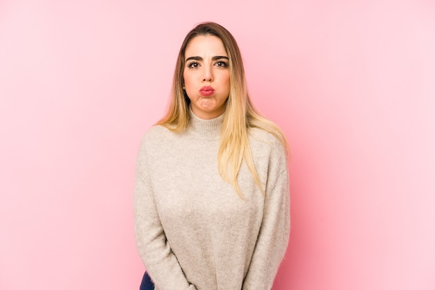 中年の女性が頬をかむ、疲れた表情。顔の表情のコンセプトです。