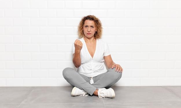 怒り、イライラ、反抗的、攻撃的、中指をひっくり返し、反撃する中年女性