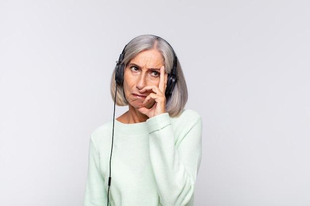 Женщина среднего возраста чувствует скуку, разочарование и сонливость после утомительного