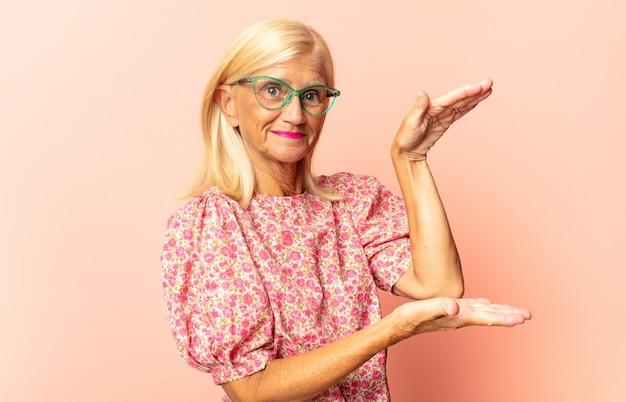 Женщина среднего возраста чувствует себя невежественной и растерянной, не уверенная, какой выбор или вариант выбрать, задается вопросом