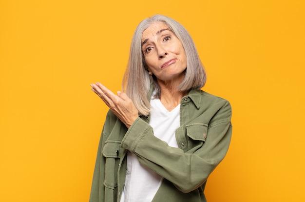 Женщина среднего возраста чувствует себя смущенной и невежественной, задается вопросом о сомнительном объяснении или мысли