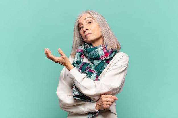 Женщина среднего возраста чувствует себя сбитой с толку и невежественной, гадая над сомнительным объяснением или мыслью