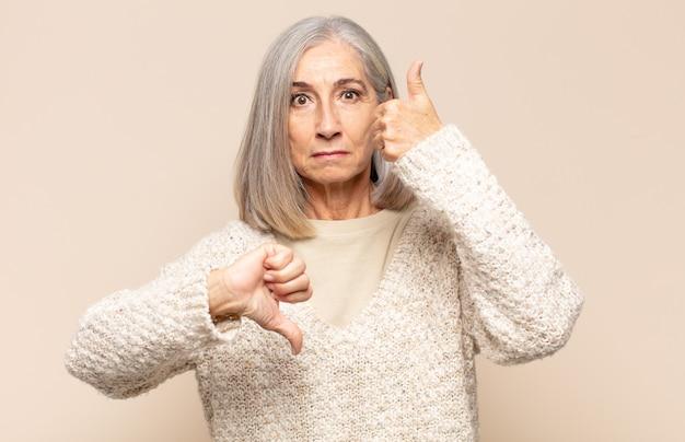 혼란스럽고, 단서가없고, 확신이없는 중년 여성, 다른 옵션이나 선택에서 좋은 것과 나쁜 것에 가중치를 둡니다.