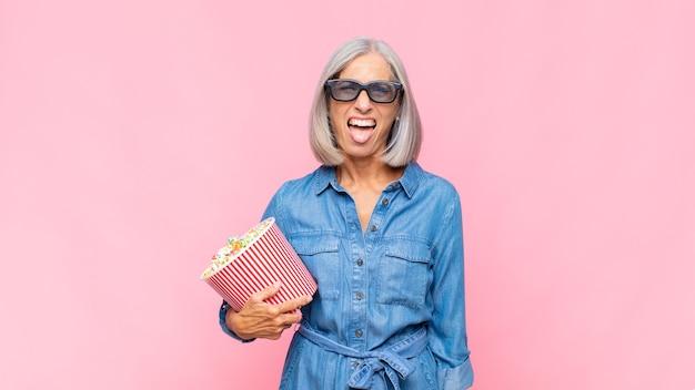 中年の女性は嫌悪感とイライラを感じ、舌を突き出し、厄介で厄介な映画のコンセプトを嫌う