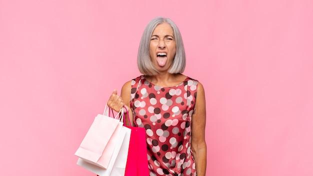 中年女性が嫌悪感とイライラを感じ、舌を突き出している