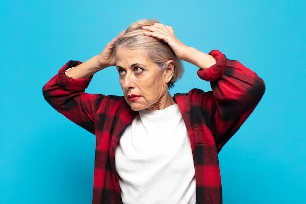 欲求不満とイライラ、失敗にうんざりしている中年の女性、退屈で退屈な仕事にうんざりしている