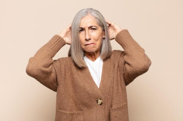 中年の女性は、欲求不満とイライラ、失敗にうんざりしている、退屈で退屈な仕事にうんざりしていると感じています