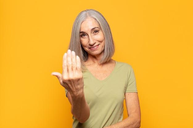 Женщина среднего возраста чувствует себя счастливой, успешной и уверенной в себе, сталкивается с проблемой и говорит: «прими ее! или приветствуя вас