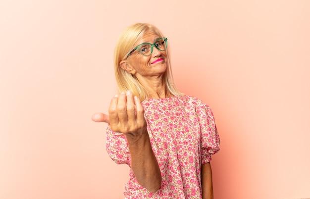 Женщина среднего возраста чувствует себя счастливой, успешной и уверенной в себе, сталкивается с проблемой и говорит: давай! или приветствуя вас