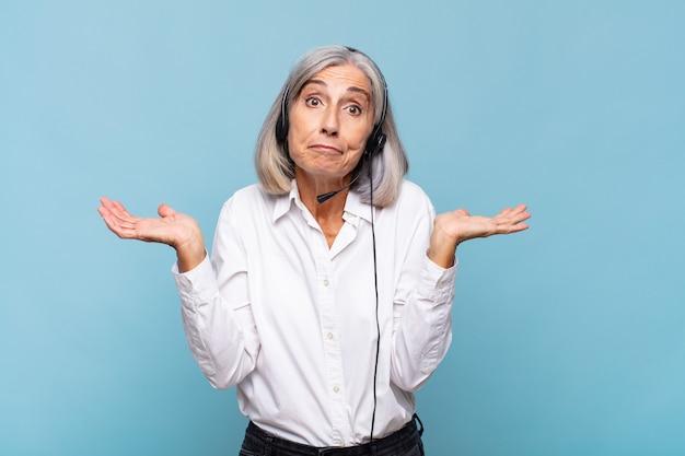 中年の女性は戸惑い、混乱し、疑ったり、重みを付けたり、面白い表現でさまざまなオプションを選択したりします