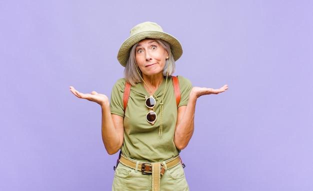 의아해하고 혼란스러워하는 중년 여성, 의심, 가중치 또는 재미있는 표현으로 다른 옵션 선택