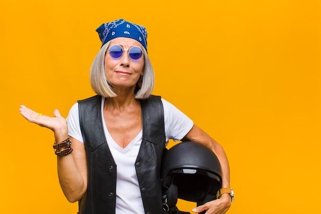 Женщина среднего возраста чувствует недоумение и замешательство, сомневается, взвешивает или выбирает разные варианты со смешным выражением лица