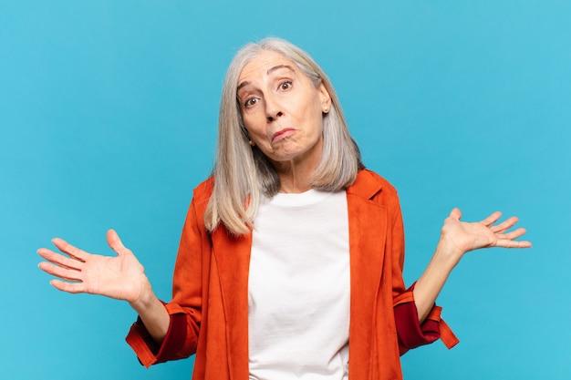 Женщина среднего возраста чувствует недоумение и замешательство, неуверенность в правильном ответе или решении, пытается сделать выбор