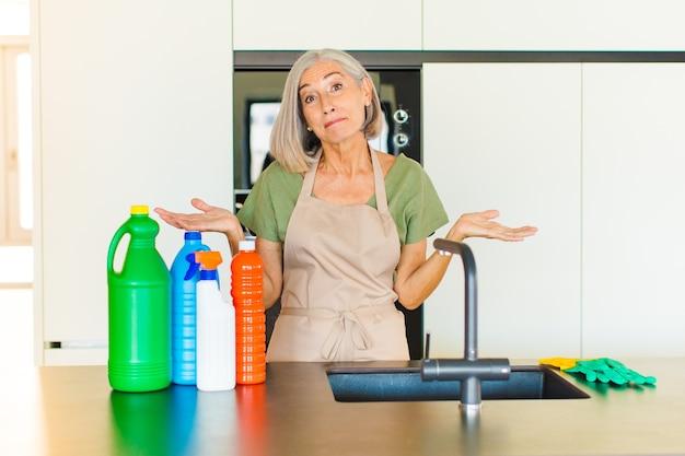 Женщина среднего возраста чувствует себя озадаченной и сбитой с толку, неуверенной в правильном ответе или решении