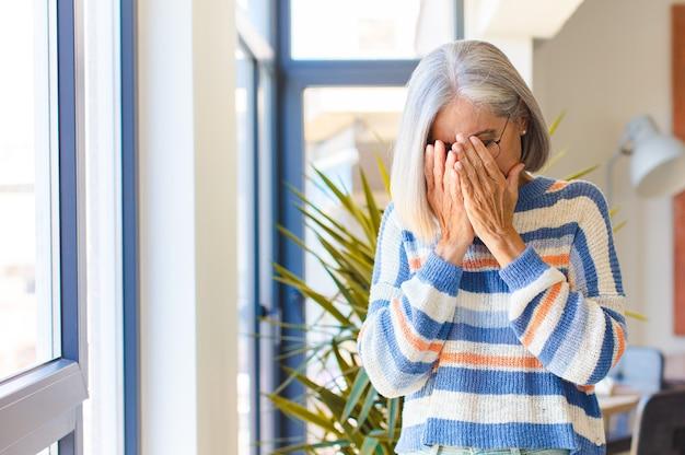 悲しみ、欲求不満を感じる中年女性