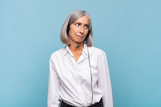 Женщина среднего возраста чувствует себя грустной, расстроенной или сердитой изолированной