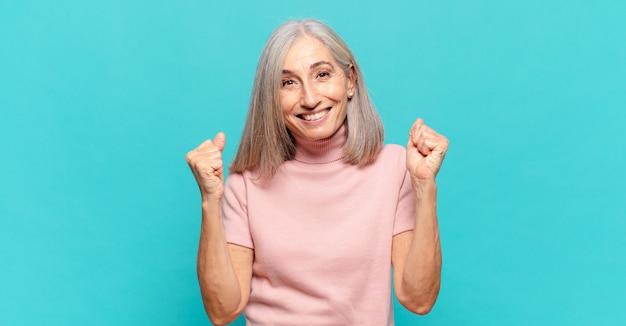 ショックを受け、興奮し、幸せになり、笑い、成功を祝う中年の女性は、すごい!