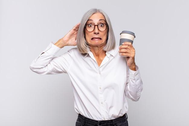 Женщина среднего возраста, чувствующая стресс, беспокойство, тревогу или страх в изоляции