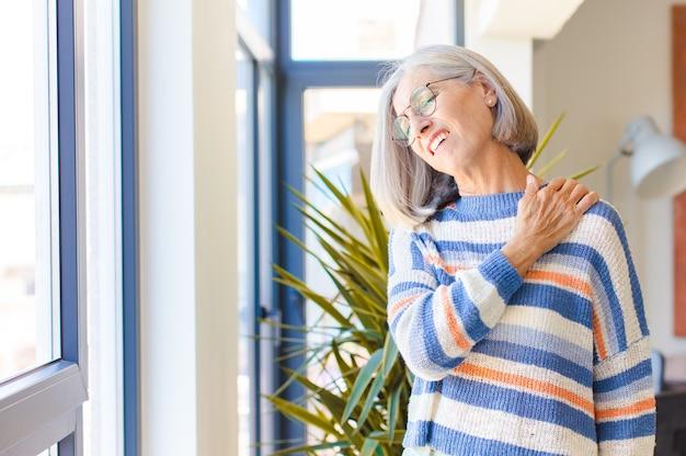 中年の女性は、疲れ、ストレス、不安、欲求不満、落ち込んでいる、背中や首の痛みに苦しんでいる