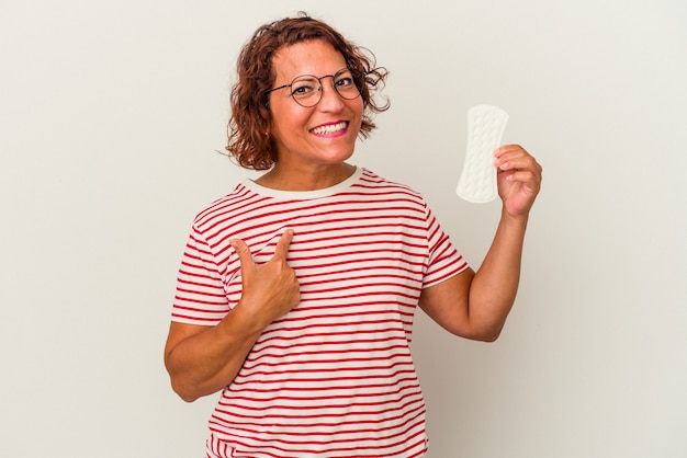 誘うようにあなたに指で指している白い背景で隔離の湿布を保持している中年の女性が近づいています。