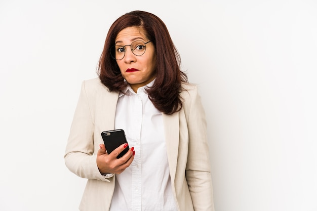 휴대 전화를 들고 중 년 여자