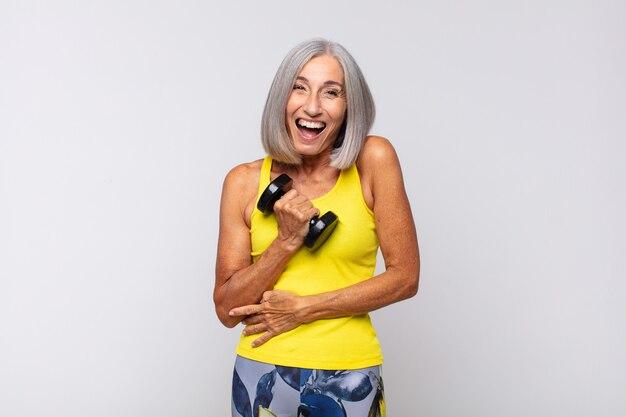 웃기는 농담에 큰 소리로 웃고, 행복하고 쾌활한 느낌, 재미 중년 여성. 피트니스 개념