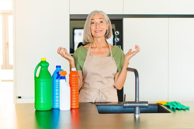 Женщина среднего возраста выглядит очень счастливой и удивленной, празднует успех, кричит и прыгает
