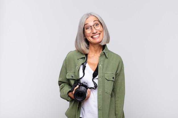 幸せそうに見えて嬉しそうに驚いた中年女性は、魅了されショックを受けた表情に興奮。写真家のコンセプト